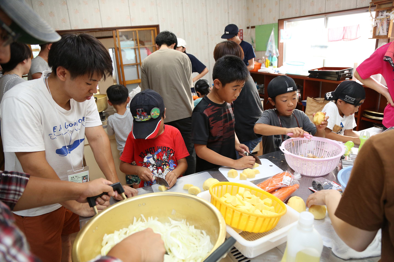カレーを作る子供と大学生